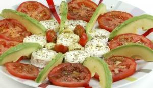 receta ensalada de tomate aguacate y queso